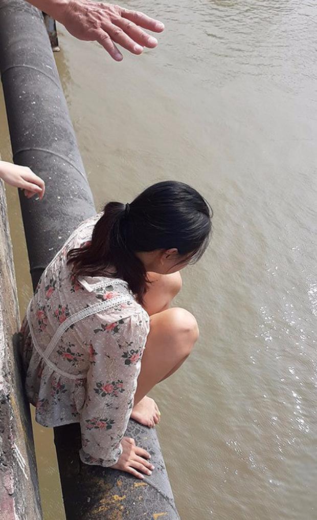 Hà Nội: Người phụ nữ bỏ lại con nhỏ trèo qua lan can cầu Chương Dương khóc lóc khiến nhiều người hoảng sợ - Ảnh 1.