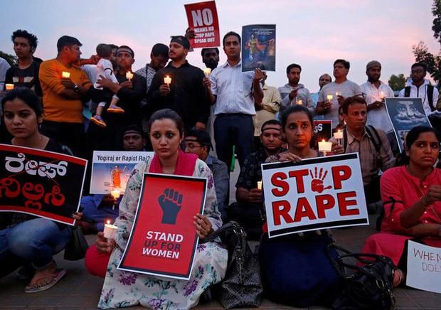 Thiếu nữ bị cưỡng bức tập thể ở Ấn Độ sau 2 năm: Cha mất, 2 dì qua đời trong vụ tai nạn dàn xếp còn bản thân không thể bi đát hơn - Ảnh 2.