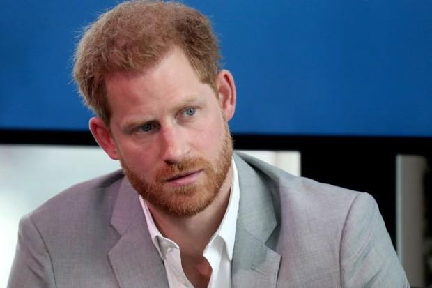 Hết Meghan Markle đến lượt Hoàng tử Harry thông báo khởi kiện 2 tờ báo Anh vì bị hack điện thoại, căng thẳng ngày một leo thang - Ảnh 1.
