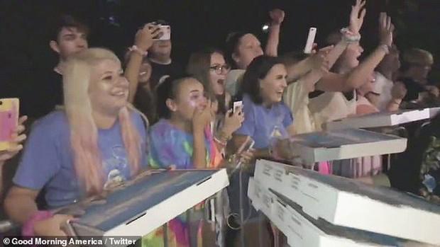 Làm fan của Taylor Swift sướng nhất quả đất: Chẳng bao giờ lo đói vì cứ đi ủng hộ idol là được ăn pizza miễn phí - Ảnh 5.