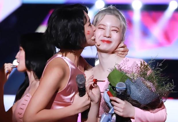 Hết ngậm nước đá, nay TWICE lại có màn hôn nhau tập thể ăn mừng chiến thắng trên Music Bank siêu dễ thương - Ảnh 3.