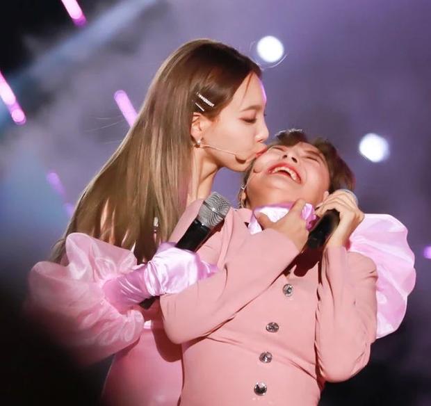 Hết ngậm nước đá, nay TWICE lại có màn hôn nhau tập thể ăn mừng chiến thắng trên Music Bank siêu dễ thương - Ảnh 5.
