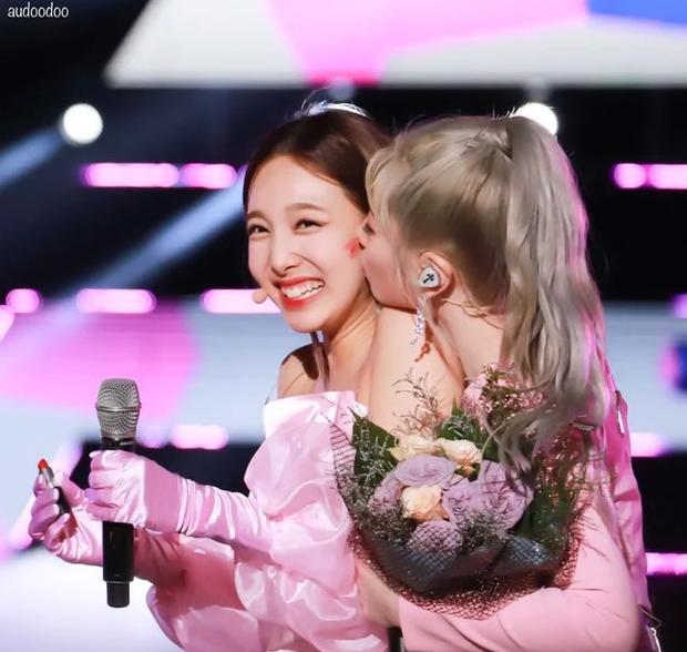 Hết ngậm nước đá, nay TWICE lại có màn hôn nhau tập thể ăn mừng chiến thắng trên Music Bank siêu dễ thương - Ảnh 6.