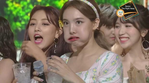 Hết ngậm nước đá, nay TWICE lại có màn hôn nhau tập thể ăn mừng chiến thắng trên Music Bank siêu dễ thương - Ảnh 9.