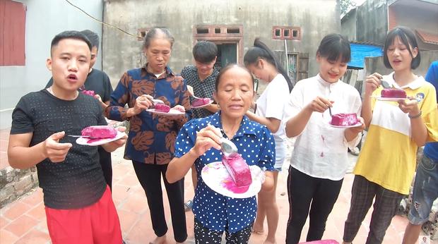 Bà Tân đầu tư tận 50kg thanh long để làm que kem siêu to khổng lồ - tím thuỷ chung, đàn cháu hò nhau lấy kem mà như đỡ đẻ - Ảnh 8.