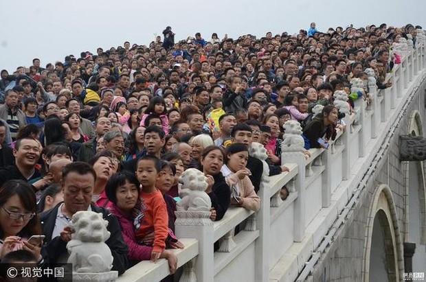 Cảnh tượng biển người mênh mông trong kỳ nghỉ lễ Quốc Khánh Trung Quốc: Người dân đứng chật cứng cả cây cầu chỉ để check-in - Ảnh 6.