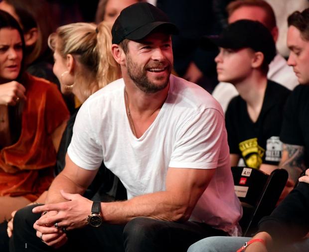 Thor Chris Hemsworth cùng bà xã hơn 7 tuổi bất ngờ dự khán giải võ lớn nhất thế giới, chiếm ngay spotlight chỉ nhờ một cánh tay - Ảnh 2.