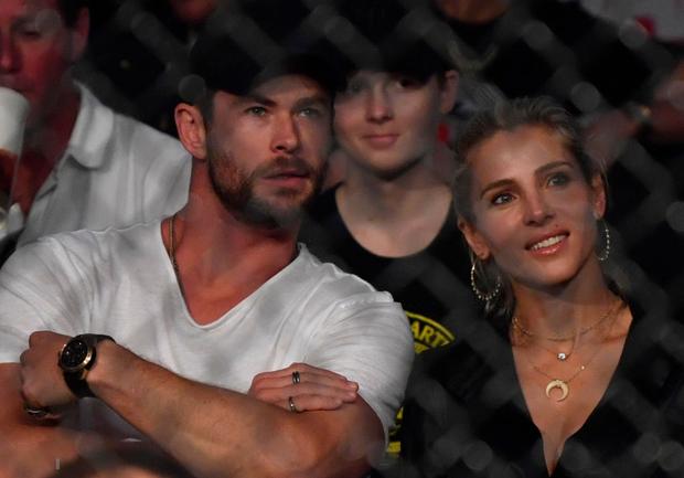 Thor Chris Hemsworth cùng bà xã hơn 7 tuổi bất ngờ dự khán giải võ lớn nhất thế giới, chiếm ngay spotlight chỉ nhờ một cánh tay - Ảnh 4.