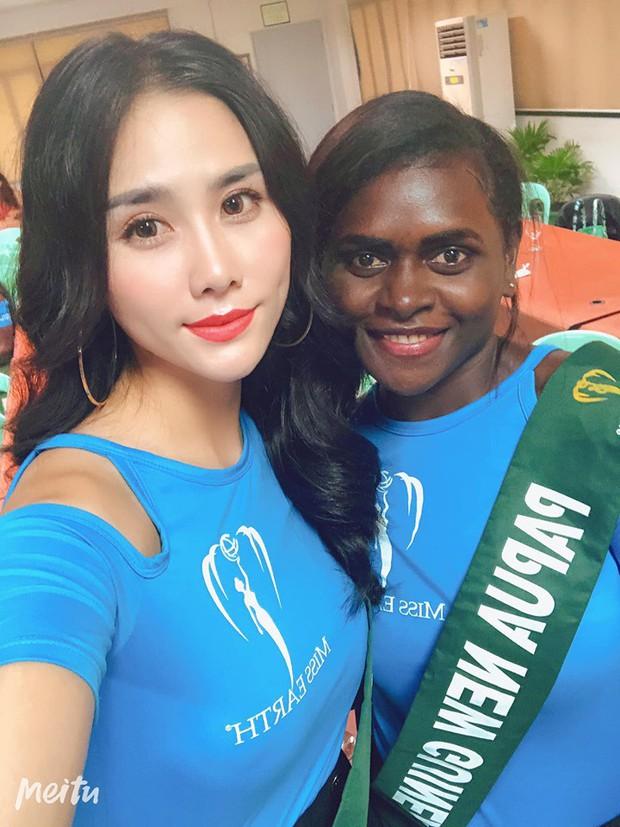 Đại diện Việt Nam ghi điểm với hành động đẹp tại Miss Earth: Cho thí sinh da màu không có trang phục mượn 2 bộ váy dạ hội! - Ảnh 1.