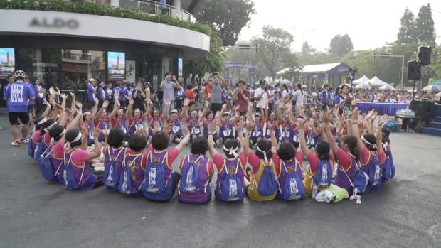 Marathon xuyên Việt: Xúc động với chàng trai đẩy xe lăn cho mẹ cùng chạy bộ! - Ảnh 1.