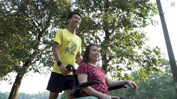 Marathon xuyên Việt: Xúc động với chàng trai đẩy xe lăn cho mẹ cùng chạy bộ! - Ảnh 2.