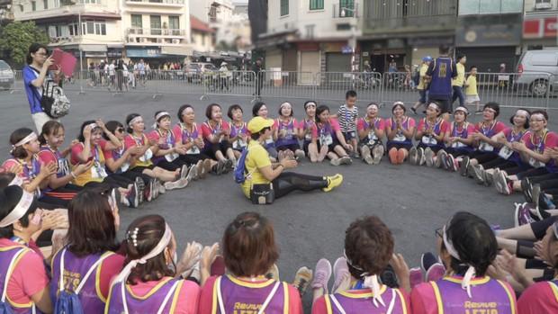 Marathon xuyên Việt: Xúc động với chàng trai đẩy xe lăn cho mẹ cùng chạy bộ! - Ảnh 4.