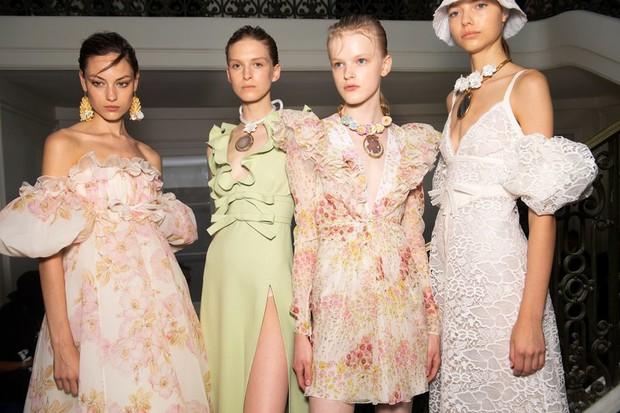 15 khoảnh khắc backstage tuyệt đẹp của chuỗi Tuần lễ thời trang Xuân/Hè 2020 - Ảnh 10.