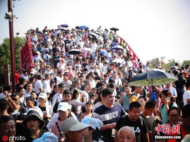 Cảnh tượng biển người mênh mông trong kỳ nghỉ lễ Quốc Khánh Trung Quốc: Người dân đứng chật cứng cả cây cầu chỉ để check-in - Ảnh 11.