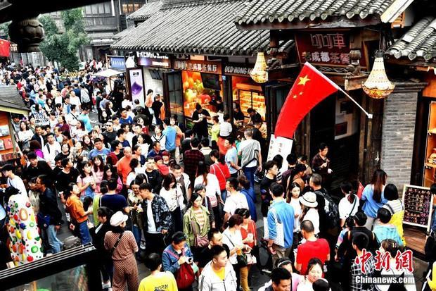 Cảnh tượng biển người mênh mông trong kỳ nghỉ lễ Quốc Khánh Trung Quốc: Người dân đứng chật cứng cả cây cầu chỉ để check-in - Ảnh 10.