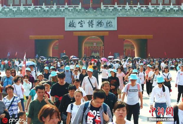 Cảnh tượng biển người mênh mông trong kỳ nghỉ lễ Quốc Khánh Trung Quốc: Người dân đứng chật cứng cả cây cầu chỉ để check-in - Ảnh 9.