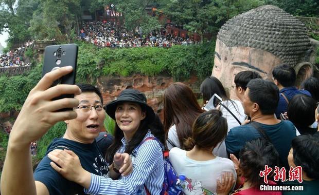 Cảnh tượng biển người mênh mông trong kỳ nghỉ lễ Quốc Khánh Trung Quốc: Người dân đứng chật cứng cả cây cầu chỉ để check-in - Ảnh 5.