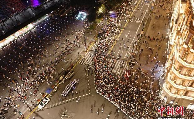 Cảnh tượng biển người mênh mông trong kỳ nghỉ lễ Quốc Khánh Trung Quốc: Người dân đứng chật cứng cả cây cầu chỉ để check-in - Ảnh 7.