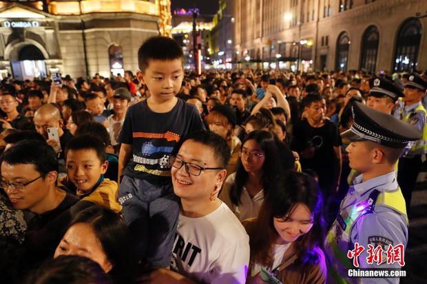 Cảnh tượng biển người mênh mông trong kỳ nghỉ lễ Quốc Khánh Trung Quốc: Người dân đứng chật cứng cả cây cầu chỉ để check-in - Ảnh 8.