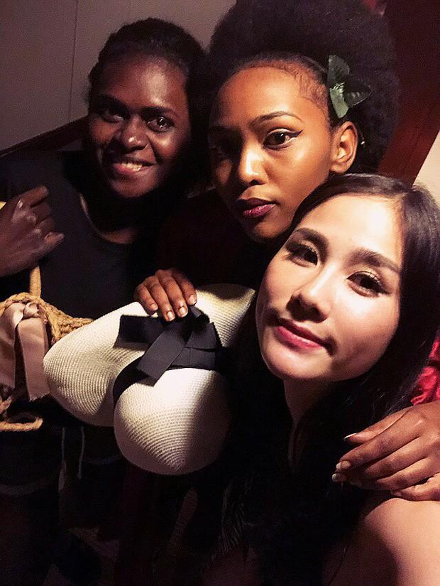 Đại diện Việt Nam ghi điểm với hành động đẹp tại Miss Earth: Cho thí sinh da màu không có trang phục mượn 2 bộ váy dạ hội! - Ảnh 3.