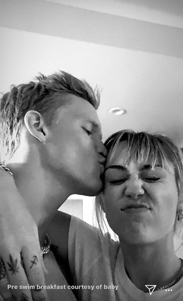 Miley Cyrus vừa lên tiếng, tình cũ Gigi Hadid đã đăng ngay ảnh hôn cực tình và còn gọi cô bạn là em yêu - Ảnh 1.