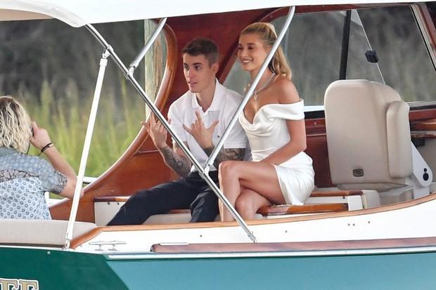 """""""Chiếc váy trả thù"""" của Công nương Diana được đồn đoán là nguồn cảm hứng cho váy cưới của Hailey Bieber - Ảnh 1."""