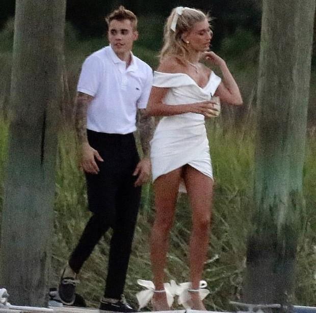 """""""Chiếc váy trả thù"""" của Công nương Diana được đồn đoán là nguồn cảm hứng cho váy cưới của Hailey Bieber - Ảnh 2."""