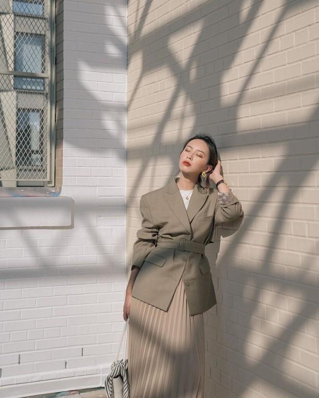 12 ý tưởng diện áo blazer + chân váy mãn nhãn đến nỗi bạn cũng phải xuýt xoa trước diện mạo của chính mình - Ảnh 12.