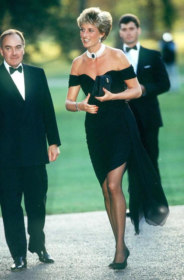 """""""Chiếc váy trả thù"""" của Công nương Diana được đồn đoán là nguồn cảm hứng cho váy cưới của Hailey Bieber - Ảnh 4."""