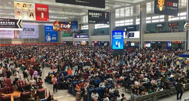 Cảnh tượng biển người mênh mông trong kỳ nghỉ lễ Quốc Khánh Trung Quốc: Người dân đứng chật cứng cả cây cầu chỉ để check-in - Ảnh 1.