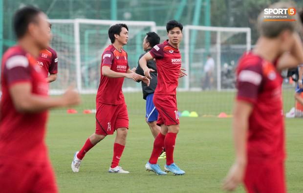 Văn Toàn bị đồng đội phá bĩnh khi đang hăng say thể hiện kỹ năng bắt gôn trên tuyển Việt Nam - Ảnh 8.