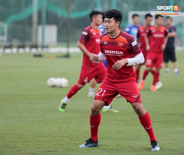 Nói nhiều trong buổi tập, trung vệ tuyển Việt Nam bị HLV Park Hang-seo túm gáy nhắc nhở - Ảnh 4.