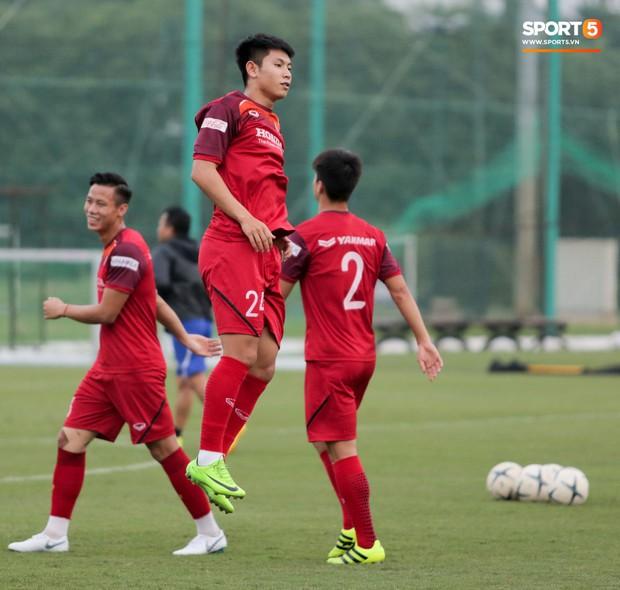 Nói nhiều trong buổi tập, trung vệ tuyển Việt Nam bị HLV Park Hang-seo túm gáy nhắc nhở - Ảnh 9.