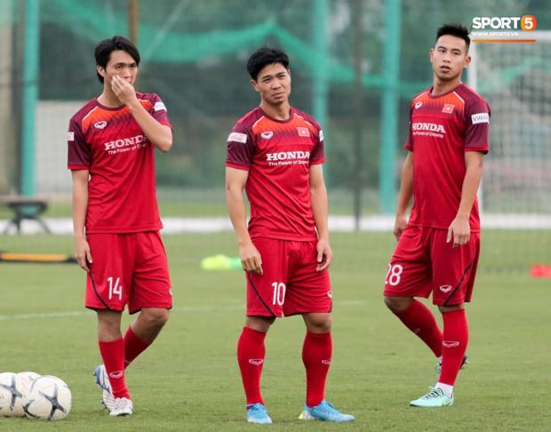 Nói nhiều trong buổi tập, trung vệ tuyển Việt Nam bị HLV Park Hang-seo túm gáy nhắc nhở - Ảnh 8.