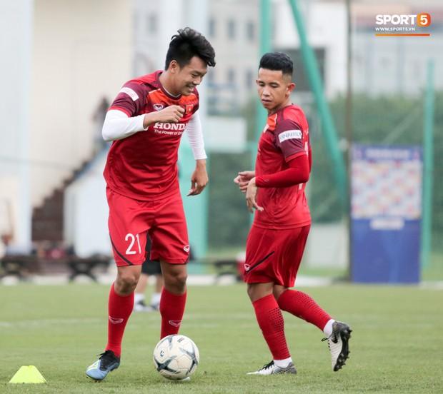 Nói nhiều trong buổi tập, trung vệ tuyển Việt Nam bị HLV Park Hang-seo túm gáy nhắc nhở - Ảnh 5.