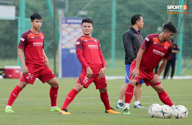 Nói nhiều trong buổi tập, trung vệ tuyển Việt Nam bị HLV Park Hang-seo túm gáy nhắc nhở - Ảnh 7.