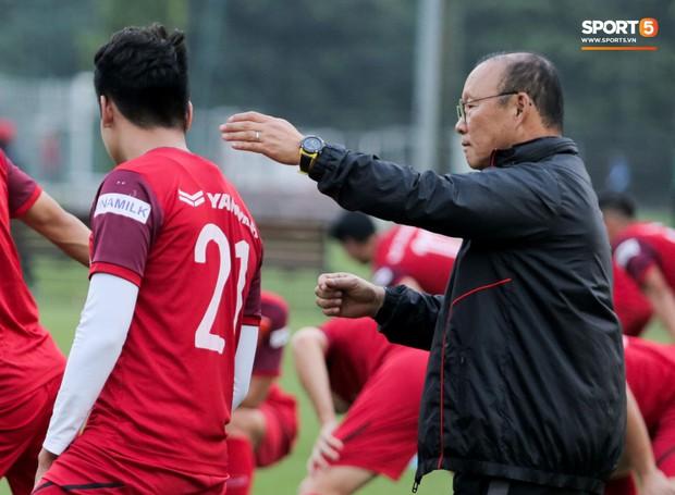 Nói nhiều trong buổi tập, trung vệ tuyển Việt Nam bị HLV Park Hang-seo túm gáy nhắc nhở - Ảnh 1.