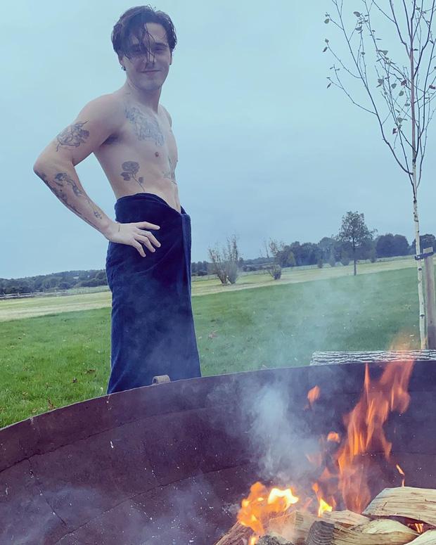 Cha con Beckham tươi rói khi cùng nhau tắm chung giữa cơn giá lạnh, các fan thì phát hiện ra điều đặc biệt này khi cả hai cùng cởi áo - Ảnh 2.