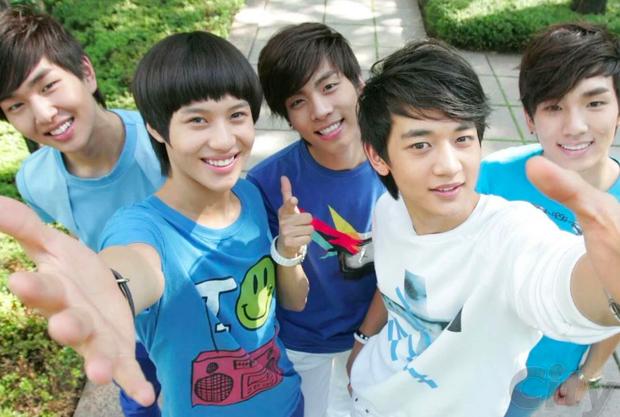 Hiếm có khó tìm: Một idol debut 4 lần trong 11 năm, làm tân binh của cả 3 thế hệ Kpop - Ảnh 2.