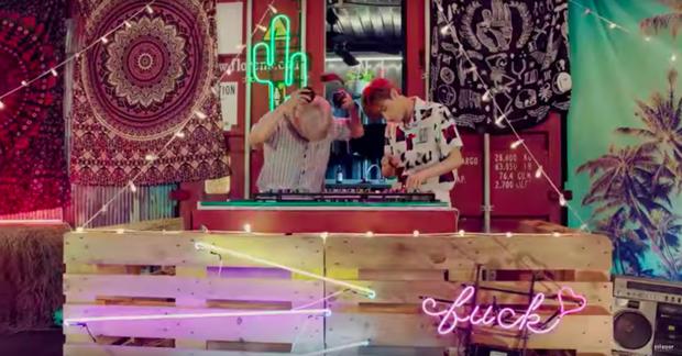 Nhặt sạn trong MV Kpop: BTS 5 lần 7 lượt dính lỗi trang phục; EXO, BLACKPINK, TWICE cũng không tránh khỏi những lỗi ngớ ngẩn - Ảnh 26.