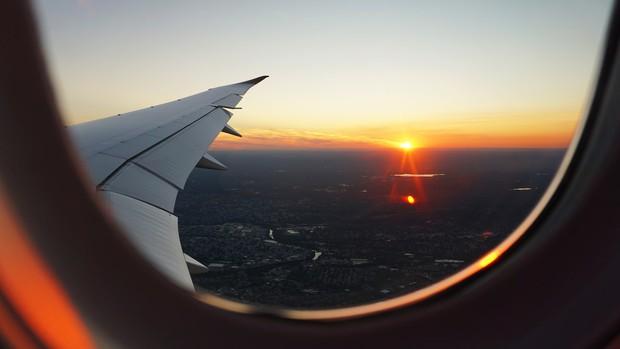 Sự thật: hành khách luôn phải mở cửa sổ máy bay khi cất cánh hoặc hạ cánh, đã bao giờ bạn tự hỏi vì sao chưa? - Ảnh 1.