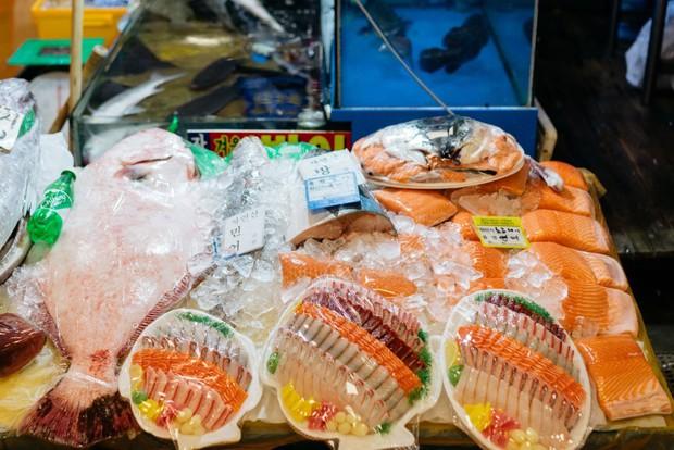 Ngọc Trinh bỗng đổi từ nhà hàng sang chảnh sang ăn tại... chợ ở Seoul, lại còn cùng Huyền Lizzie úp chén lên đầu đúng kiểu người Hàn đi nhậu - Ảnh 2.