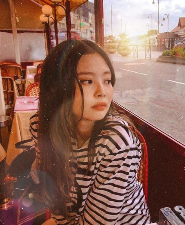 """Chỉ với 1 chai rượu sâm panh """"lấp ló"""" trong ảnh check-in tháp Eiffel, Jennie đã được netizen khen ngợi hiếu thảo với mẹ hết lời - Ảnh 8."""