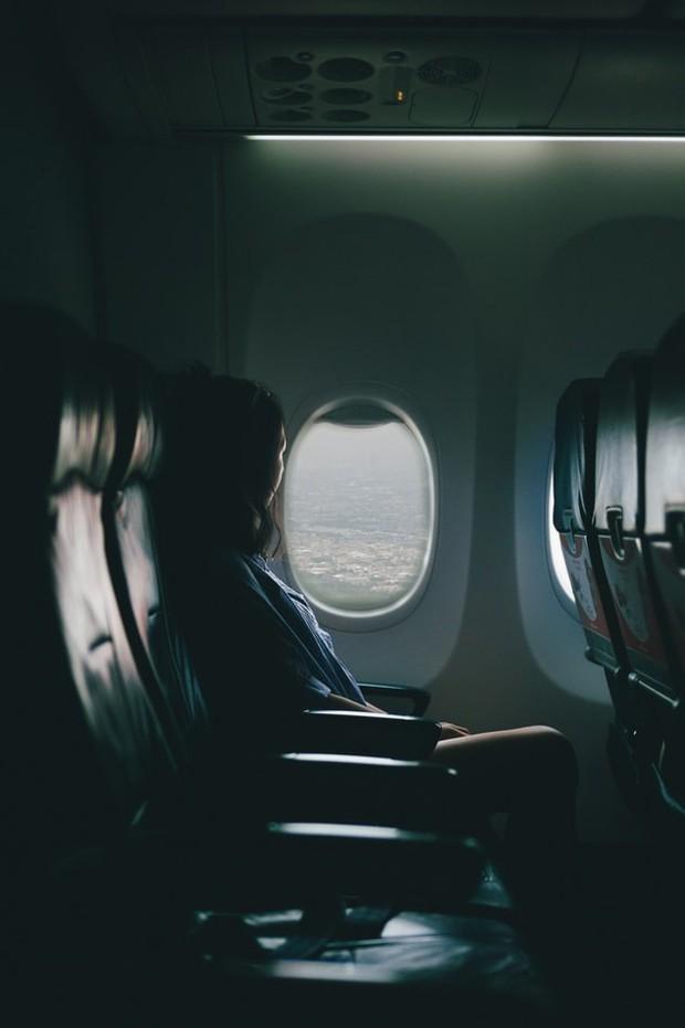 Sự thật: hành khách luôn phải mở cửa sổ máy bay khi cất cánh hoặc hạ cánh, đã bao giờ bạn tự hỏi vì sao chưa? - Ảnh 4.