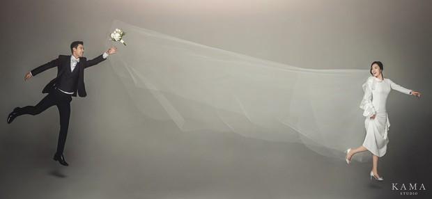 Bộ ảnh cưới hot nhất Kbiz hôm nay: Sao nam xứ Hàn lột xác hậu giảm 15kg vì hôn lễ, cô dâu vận động viên có kém gì - Ảnh 4.