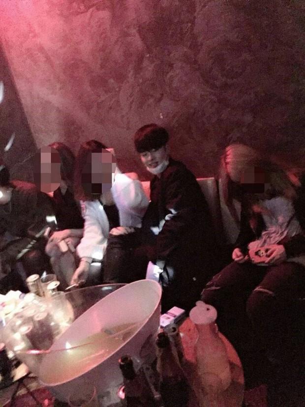 Tranh cãi tuyển tập phốt thái độ của dàn sao nhà YG: iKON cười khẩy BTS, BLACKPINK để quản lý xô đẩy người cao tuổi - Ảnh 11.