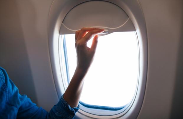 Sự thật: hành khách luôn phải mở cửa sổ máy bay khi cất cánh hoặc hạ cánh, đã bao giờ bạn tự hỏi vì sao chưa? - Ảnh 2.