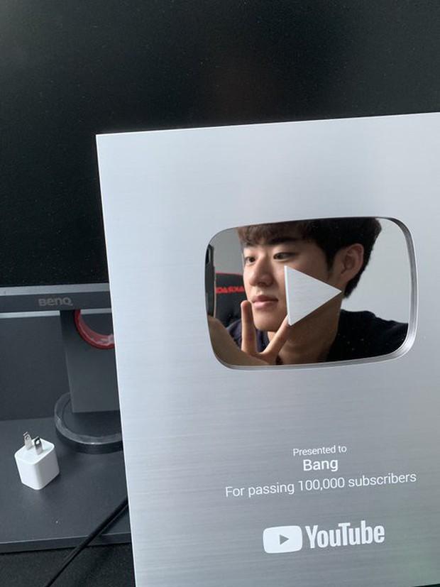 LMHT: Vừa chuyển nghề phóng viên, Ông Bang Vlog đã hào hứng khoe nút bạc vinh danh từ YouTube - Ảnh 2.