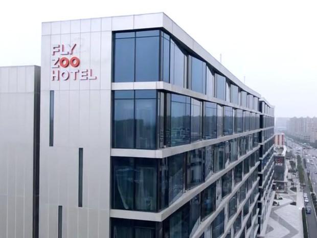 Ngợp mắt với khách sạn tương lai của ông trùm hàng đầu Trung Quốc, tràn ngập robot và công nghệ đầy nhà - Ảnh 2.