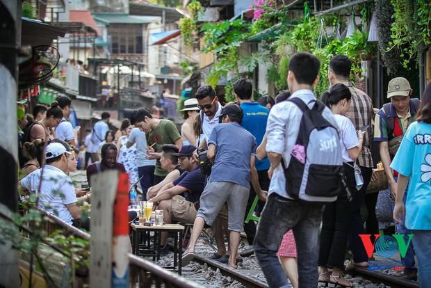 Tàu qua phố cà phê Phùng Hưng phải dừng khẩn cấp vì dân chạy không kịp - Ảnh 6.